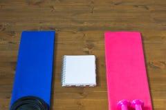 2 полотенца и тетрадь для того чтобы сравнить результаты Стоковые Изображения RF