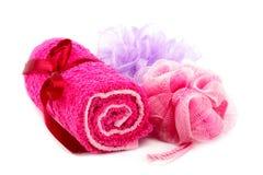 Полотенца и washcloths на белой предпосылке ванна вспомогательного оборудования миражирует полотенца спы установки Стоковые Фото