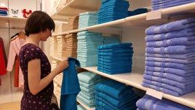 Полотенца красивой женщины брюнет рассматривая в магазине в Eskisehir Стоковое Фото