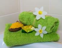 Полотенца курорта с цветками, мылом ароматности и солью. Стоковые Фото