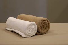 Полотенца на кровати массажа Стоковые Фото