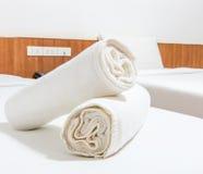 Полотенца на кровати Стоковое Изображение