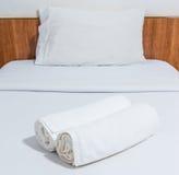 Полотенца на кровати Стоковое Фото