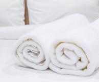 Полотенца на кровати Стоковые Фото