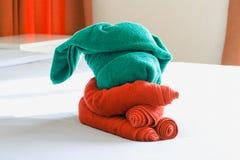 Полотенца на кровати Стоковые Изображения