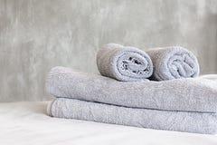 Полотенца на стене кровати и штукатурки Стоковая Фотография