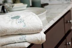 Полотенца на тщете ванной комнаты Стоковые Фотографии RF