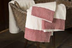 3 полотенца руки вися от корзины на деревянной табуретке Стоковое фото RF