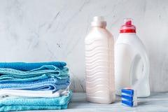 Полотенца складывают с детержентными и пластичными бутылками в модель-макете прачечной Стоковая Фотография