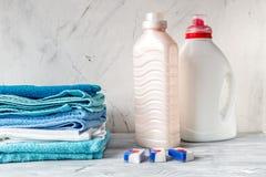 Полотенца складывают с детержентными и пластичными бутылками в прачечной Стоковое Изображение RF