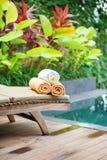 Полотенца с белыми цветками frangipani в курорте Стоковое Фото