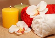 2 полотенца с орхидеей и свечами Стоковое Изображение