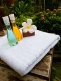 Полотенце ванны, jel ванны и форма цветка свечи как комплект курорта Стоковое Изображение RF