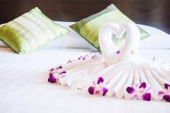Полотенце лебедя на кровати Стоковое Изображение RF
