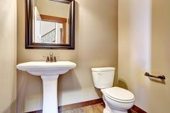 полотенце интерьера шара ванной комнаты Взгляд белых раковины, туалета и зеркала Стоковое Изображение RF