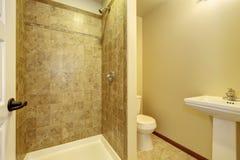 полотенце интерьера шара ванной комнаты Взгляд стойки, туалета и плитки washbasin Стоковые Изображения