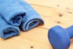 Полотенце и гантели на древесине Стоковое Фото