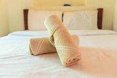 Полотенце на кровати Стоковая Фотография