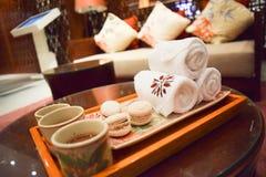 полотенце добро пожаловать питья и sweetlobby Стоковое фото RF