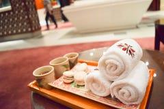 полотенце добро пожаловать питья и sweetlobby Стоковые Фото