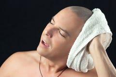 Полотенце человека сушит заново побритую голову Стоковое Изображение RF