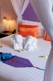 Полотенце origami слона постельных принадлежностей на кровати стоковая фотография rf