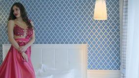 полотна девушки постельных принадлежностей кровати видеоматериал