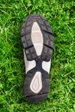 Подошва ботинка на предпосылке травы. Стоковое Фото