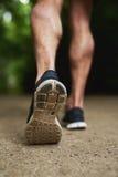 Подошва ботинка человека бежать на парке Стоковые Изображения