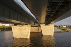 Под перспективой моста от корабля в заходе солнца Стоковые Фото