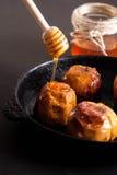 Подпертые яблоки с медом Стоковые Изображения