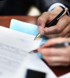 Подписание 2 деловых партнеров Стоковые Изображения RF