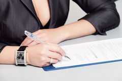 Подписание документа Стоковые Фотографии RF