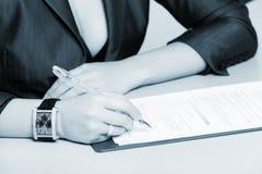 Подписание документа Стоковая Фотография