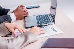 Подписание подряда дела Успешный усмехаться бизнесмена 2 Стоковое Фото