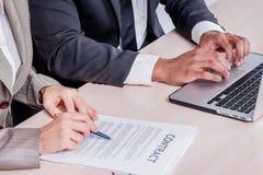 Подписание подряда дела Успешный усмехаться бизнесмена 2 Стоковые Изображения RF