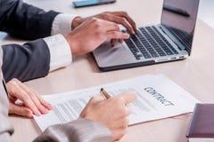 Подписание подряда дела Успешный усмехаться бизнесмена 2 Стоковое фото RF