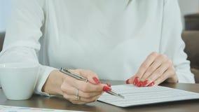 подписание руки подряда женское видеоматериал