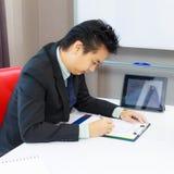 подписание человека подряда дела Стоковое Фото