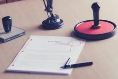 Подписанный завет на столе государственного нотариуса стоковое фото rf