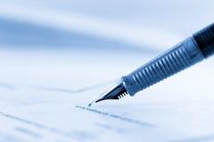 Подписывая контракт Стоковые Фото