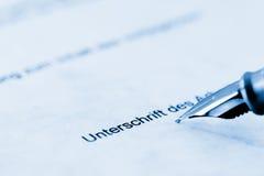 Подписывая контракт Стоковое Изображение