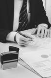 Подписывая подряд Юрист или notar на его рабочем месте Стоковые Изображения