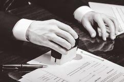 Подписывая подряд Юрист или notar на его рабочем месте Стоковое Изображение