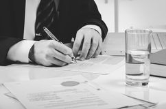Подписывая подряд Юрист или notar на его рабочем месте Стоковая Фотография