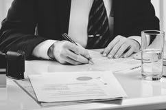 Подписывая подряд Юрист или notar на его рабочем месте Стоковое фото RF