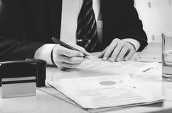 Подписывая подряд Юрист или notar на его рабочем месте Стоковые Изображения RF