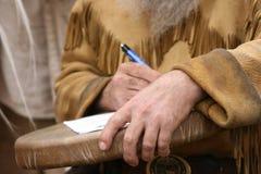 подписывая договор Стоковая Фотография