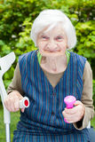 Подпитанная пожилая женщина делая тренировки с гантелями Стоковая Фотография
