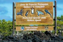 Подпишите внутри национальный парк Галапагос, эквадор для того чтобы защитить животных Стоковые Фотографии RF